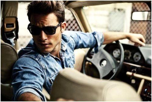 muškarac za volanom