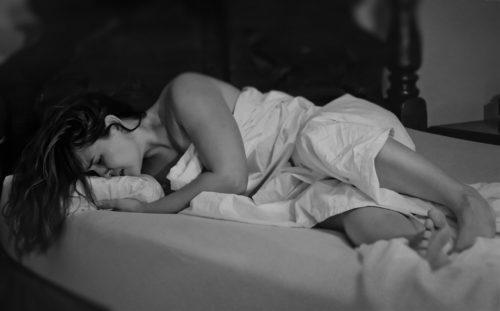 devojka plače u krevetu