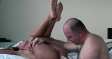 VIDEO: Iskusni gospodin joj širi guzu