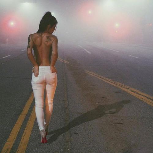 devojka u pantalonama na ulici