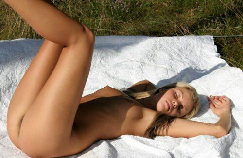 gola devojka digla noge
