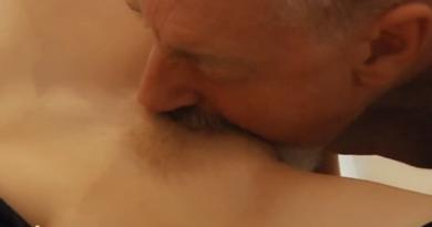 VIDEO: Plavušica okružena iskusnim kitama
