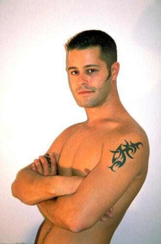 tetovirani mladić, gay flert